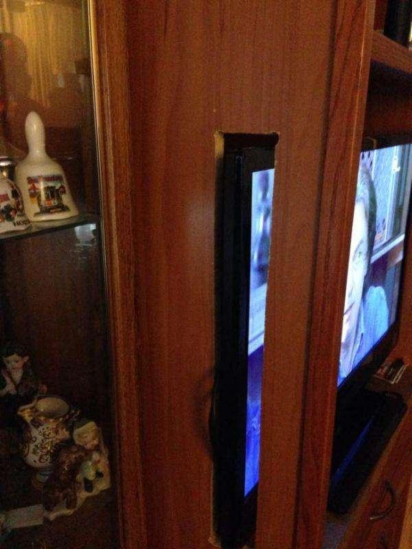 Подарував батькам новий телевізор...(2 фото)